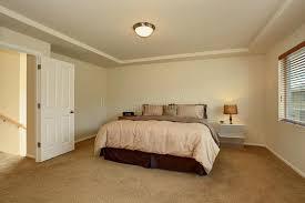 moquette chambre à coucher intérieur simple de chambre à coucher avec le lit et la