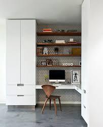 le de bureau deco le papier peint décoratif toujours à la mode closet shelves