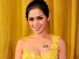 tato keren wanita indonesia 5 artis indonesia dengan tato di dada nya youtube