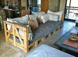 canapé fait maison fabriquer canapé en palette déco babymeetstheworld