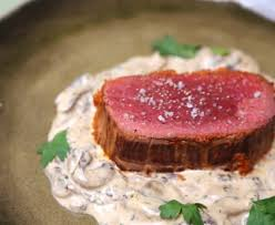 cuisiner un roti de boeuf au four rôti de boeuf au four sauce aux chignons et pesto