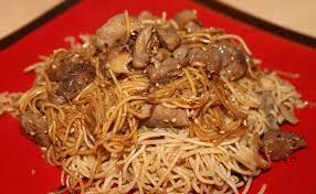 cuisiner des pates chinoises wok de porc mariné à la sauce soja sésame et gingembre et ses