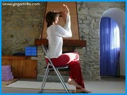 posture au bureau au bureau garudasana sur une chaise l intention de la