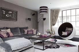 canapé couleur aubergine decoration canapé mur gris coussins couleur aubergine salon moderne