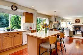 cuisine couleur miel coin cuisine avec armoires de couleur miel appareils blancs et îlot