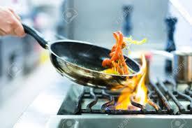 cuisine poele le chef de cuisine du restaurant au poêle avec poêle faire