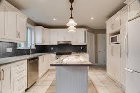 le cuisine design le blanc un classique et que dire du dosseret foncé qui donne