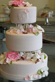 wedding cakes with separated tiers and flowers in between