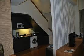chambre d hotel avec cuisine le coin cuisine avec l escalier qui mène à la chambre photo de