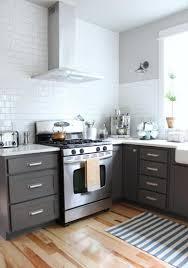 cuisine gris bois design interieur cuisine gris bois carrelage mural métro blanc