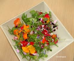 les fleurs comestibles en cuisine salade multicolore fleurs et herbes un an pour faire cooking out
