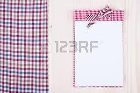 cahier de cuisine cahier de recette nappe cuillère sur fond de bois banque d images