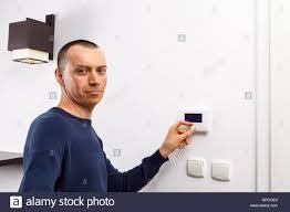 Wohnzimmer Temperatur Männer Regulieren Temperatur Am Bedienfeld Der Zentralheizung An