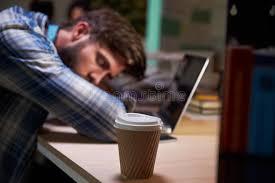 sexe bureau employé de bureau de sexe masculin endormi au bureau travaillant