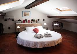 guest room with circlesized waterbed in le luc en provence
