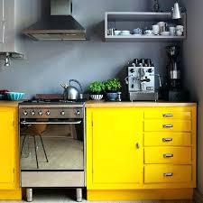 cuisine du bar cuisine jaune et verte des suspensions noires au dessus du bar en