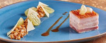 cuisiner poitrine de porc la poitrine de cochon confite épeautre raisin et roquette