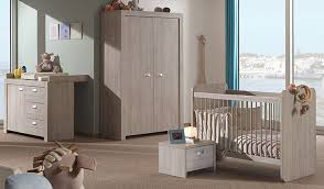 couleur chambre bébé chambre bb une etagere blanche en zig zag et un tableau bebe comme