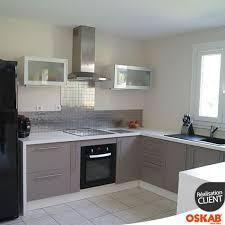 cuisine avec credence inox cuisine ouverte avec bar donnant sur la pièce à vivre meuble taupe
