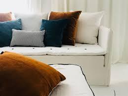 coussin canap sur mesure canapé sur mesure mila lavé blanc ivoire et coussins velours