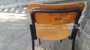 sedie scolastiche foto aversa segnalazione cittadino sedie scolastiche legate