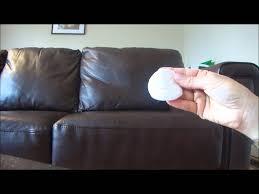 raviver un canapé en cuir nettoyer un divan en cuir et donner de l éclat à un salon terne