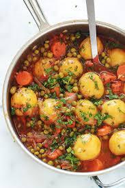 cuisiner des petits pois petits pois carottes et pommes de terre en sauce tomate légumes