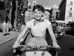 Audrey Hepburn i Marilyn Monroe     co wynik  o z rywalizacji dw  ch     FiGeneration Kadr z filmu  quot Rzymskie wakacje quot   Fot