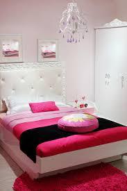 chambre de garde chambre à coucher avec la garde robe blanche et le tapis