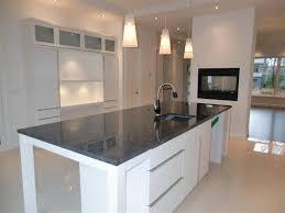comptoir de cuisine noir meuble de cuisine en bois noir élégant comptoir lisse tabouret bar