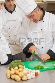 cuisine apprentissage légumes stagiaires apprentissage trancher dans la cuisine banque d
