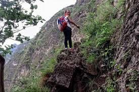 chinese students climb 2 500 foot bamboo ladder to get home from