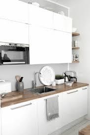 en cuisine avec une cuisine avec meubles blanches quel meuble pour une