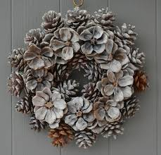 Decorating Pine Christmas Wreaths by Best 25 Pine Cone Wreath Ideas On Pinterest Pinecone Pine Cone
