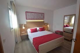 porte valise pour chambre meuble pour chambre d hôtel tête de lit chevets porte valise miroir