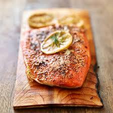cuisiner un filet de saumon filet de saumon sur planche de cèdre metro
