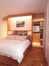 wohnideen small bedrooms wohnideen schlafzimmer den platz hinterm bett verwerten mit