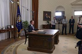 trump redesign oval office oval office desk harry truman even started an ongoing tradition