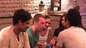 snapped deepika and farhan chill with chris martin at srk u0027s house
