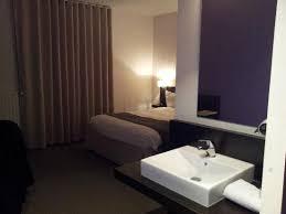 dans une chambre lavabo dans la chambre pas toujours pratique photo de hotel