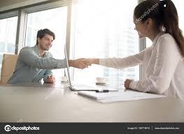 emploi d entretien de bureaux homme et femme poignée de au bureau réunion d affaires emploi
