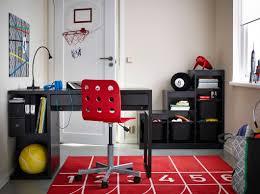 habitación infantil con mesa micke marrón silla jules roja y