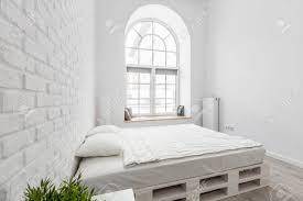 bricolage chambre chambre blanche avec lit de palette bricolage mur de briques et