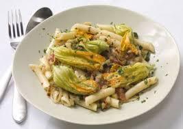 primo piatto con fiori di zucca pasta con fiori di zucchina guardiavecchia
