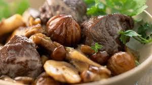 cuisiner marrons frais recette de sauté de biche aux chignons et aux marrons l express