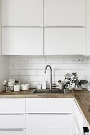 cuisine blanche et plan de travail bois pourquoi choisir une cuisine avec plan de travail bois plan de