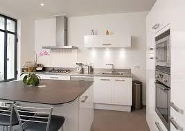 cuisine chaleureuse contemporaine cuisine contemporaine chic bois et laque agencement cuisine