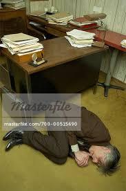 bureau homme d affaire homme d affaires recroquevillée en position fœtale sur étage