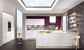 couleur cuisine blanche cuisine grise et prune une association de couleurs audacieuse