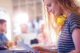 femme nue au bureau sourire femme utilisant tablette numérique dans le bureau